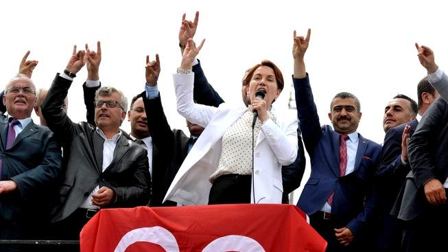 """Aksenerová a další představitelé AKP zdraví příznivce nacionalistickým """"vlčím pozdravem"""""""