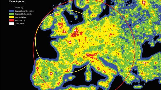 Obrázek ukazuje lokality v Evropě, které jsou znečištěné světelným smogem