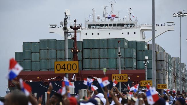 Rozšířený Panamský průplav se slavnostně otevřel v neděli, kdy jím projela obří nákladní loď