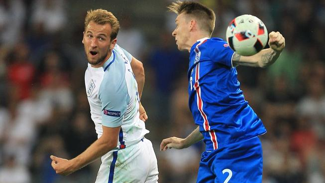 Angličan Harry Kane (vlevo), nejlepší střelec Premier League, má na trhu 80x vyšší hodnotu než islandský bek Birkir Már Saevarsson (vpravo). Přesto se musel ve vzájemném duelu sklonit
