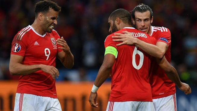 Hal Robson-Kanu, Ashley Williams a Gareth Bale (zleva) se radují z gólu do belgické sítě