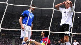 Mario Gómez (vpravo) po neproměněné šanci v semifinále minulého Eura