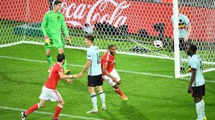 Ashley Williams (druhý zprava) právě vstřelil Belgii vyrovnávací branku na 1:1