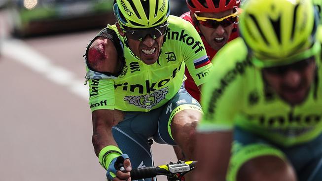 Ošklivě potlučený Alberto Contador