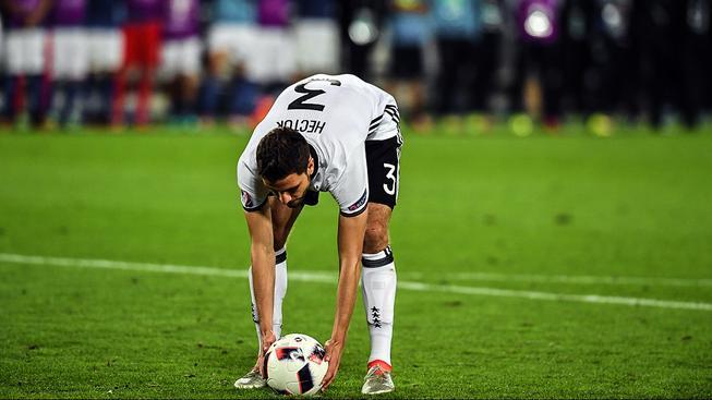 Jonas Hector si staví míč k rozhodující penaltě
