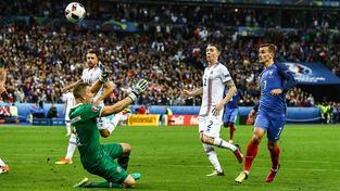 Antoine Griezmann střílí obloučkem 4. gól Francouzů