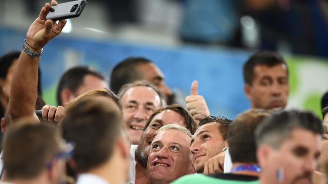 Didier Deschamps (uprostřed se šedivými vlasy) mezi fanoušky
