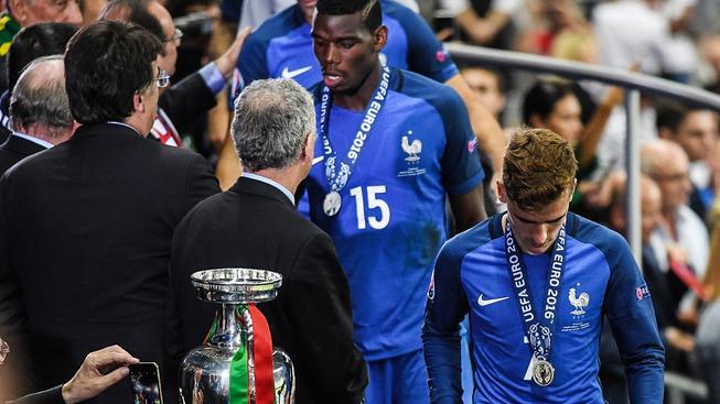 Paul Pogba (vlevo) a Antoine Griezmann: dvě opory Francie míjejí smutně se stříbrnými medailemi na krku pohár pro vítěze