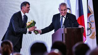 Zeman posílá květinu Martině Sáblíkové