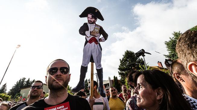 Před bytovým resortem Bonaparte, v němž bydlí slovenský premiér Robert Fico, se každé pondělí scházejí demonstranti. Vadí jim, že jak Fico, tak ministr vnitra Robert Kaliňák měli kontakty s podnikatelem Ladislavem Bašternákem
