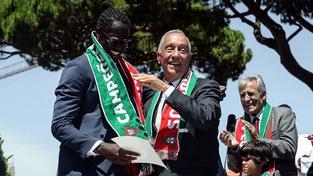 Střelec vítězné branky Portugalska Éder, rodák z africké Guiney-Bissau, v objetí s prezidentem Portugalska Marcelem Rebelem de Sousou