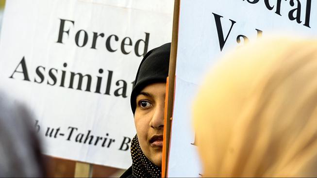 Francie zakázala v roce 2010 nošení muslimských šátků zahalujících obličej