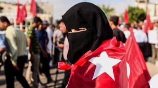 Palestinští demonstranti protestující v pásmu Gazy proti vojenskému puči v Turecku