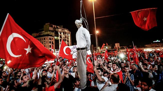 Erdoganovi stoupenci oběsili loutku Fethullaha Gülena na náměstí Taksim v Istanbulu