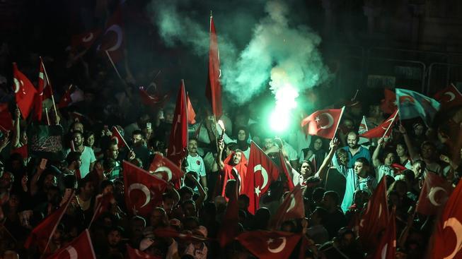 Lidé na ulicích slaví vítězství nad pučisty, jejich práva ale budou následující tři měsíci výrazně omezená