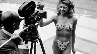 Micheline Bernardiniovou musel Louis Réard přemlouvat, aby si vzala bikiny a on ji v nich mohl vyfotit (červenec 1946)
