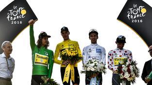 Hvězdy letošního ročníku Staré dámy. Sagan (vlevo) v zeleném trikotu stanul po boku celkového vítěze Froomea