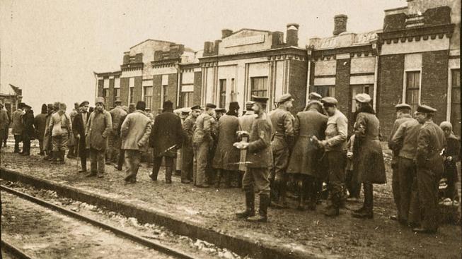Dobový snímek z roku 1918 z nádraží ve městě Rivne na volyňské Ukrajině