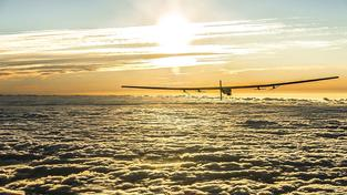 Letoun Solar Impulse dvě hodiny před závěrečným přistáním v Abú Zabí