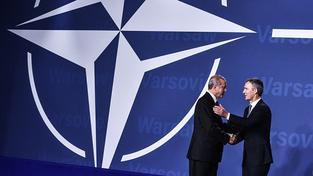 Takhle vítal Erdogana šéf NATO na summitu těsně před pokusem o puč v Turecku a následnými čistkami