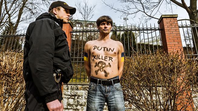 Hilšer se svlékl několikrát. Na úřadu vlády i před ruskou ambasádou (na snímku)
