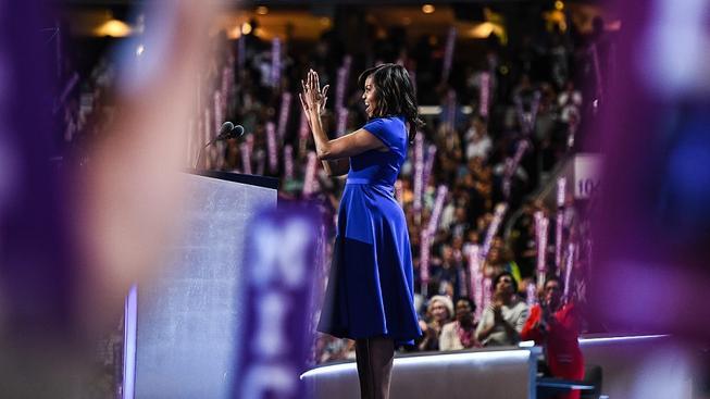"""Šaty Michelle Obamové na demokratickém sjezdu říkaly """"jsme si všichni rovni"""""""