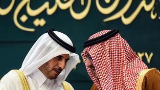 Korunní princ a ministr vnitra Saúdské Arábie Mohamed bin Nájif (vpravo) hovoří se svým katarským kolegou Abdalláhem bin Násirem al-Tháním