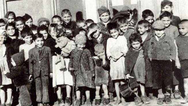 Romské děti v táboře v Letech