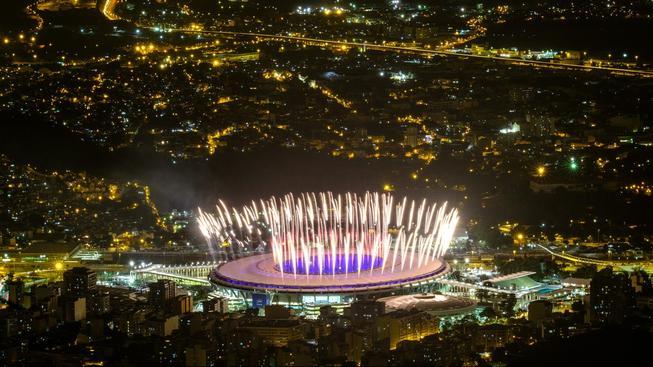 Zkouška ohňostroje na večerní ceremoniál na stadionu Maracaná