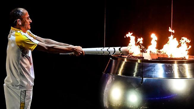 Bývalý maratonec Vanderlei Lima zapaluje olympijský oheň