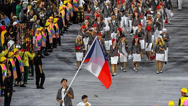 Judista Lukáš Krpálek s vlajkou v čele české výpravy při slavnostním zahájení olympiády v Riu