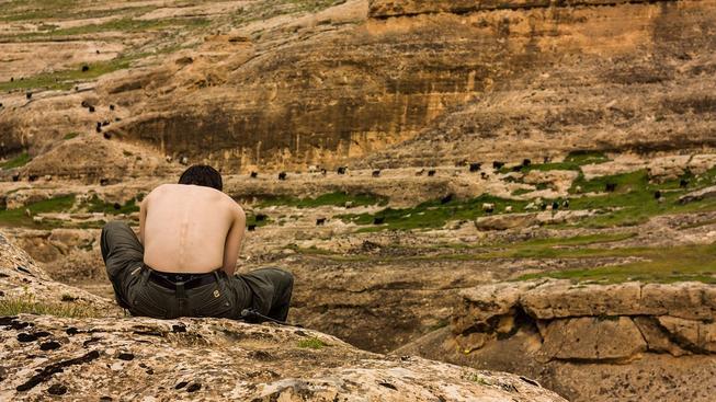 Turista poblíž tureckého městečka Hasankeyf ležícího v blízkosti syrských hranic