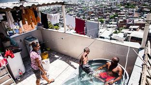 Mají všechno, co máme my - velkou televizi, pračku, počítač. Život v největší favele na světě v Rio de Janeiro není tak děsivý, jak si představujeme