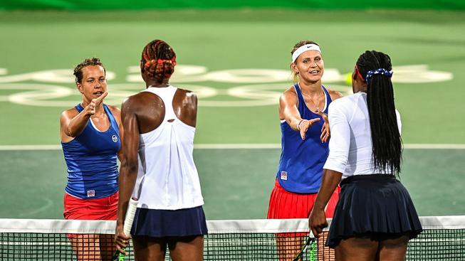 Barbora Strýcová (vlevo) a Lucie Šafářová po vítězném zápase se sestrami Williamsovými