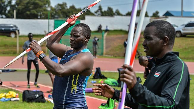 Julius Yego (vlevo) s trenérem. Na něj může na rozdíl od ostatních v Riu zapomenout