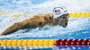 Michael Phelps se skvrnami na ramenou
