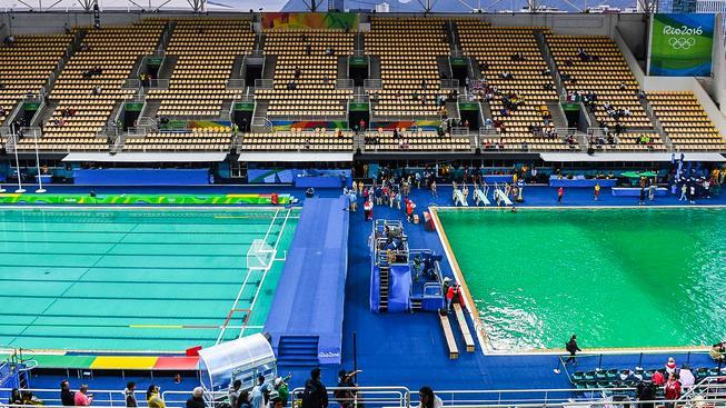 Do zelena se zbarvil i bazén pro vodní pólo (vlevo)