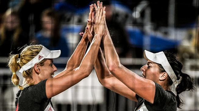 Markéta Sluková (vlevo) a Barbora Hermannová se konečně na Copacabaně svezly na vítězné vlně