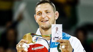Lukáš Krpálek na stupních vítězů se zlatou medailí a fotkou zesnulého kamaráda Alexandra Jurečky
