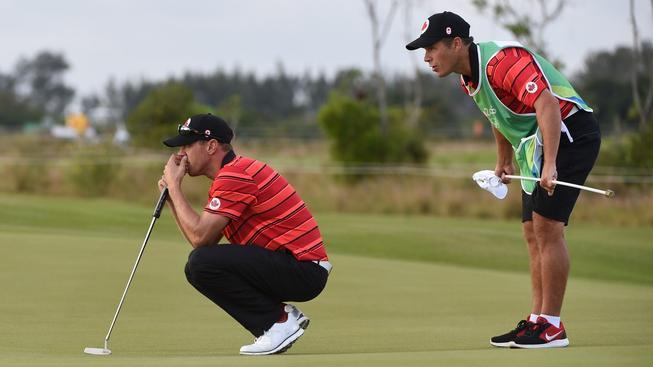 Ray Whitney (vpravo) a Graham DeLaet při olympijském golfovém turnaji v Riu