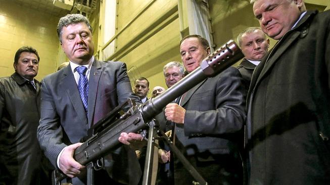 Ukrajina by se ráda víc prosadila na trhu se zbraněmi, ale nikoli na tom černém. Na snímku ukrajinský prezident Porošenko v továrně Juzmaš