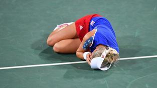 Andrea Hlaváčková leží po tvrdém úderu do oka v bolestech na kurtu