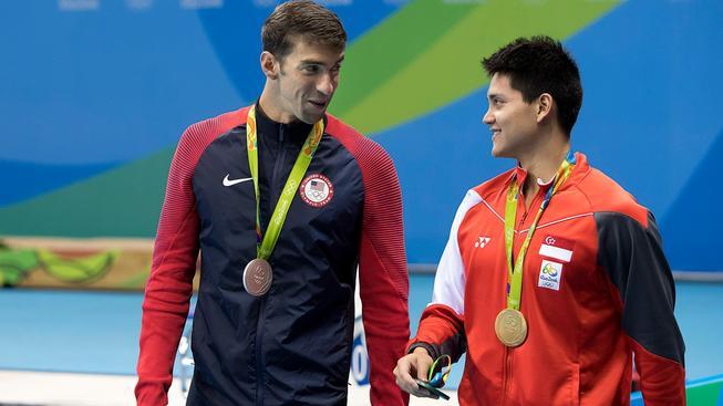 Tys mi hochu dal... I tohle mohl říct legendární Michael Phelps (vlevo) svému přemožiteli Josephu Schoolingovi ze Singapuru cestou z medailového ceremoniálu