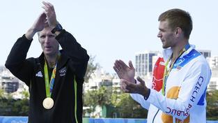 Mahé Drysdale (vlevo) a Ondřej Synek na medailovém ceremoniálu