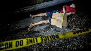 """V současné době na Filipínách běžný pohled. Na vzkazu u těla stojí: """"Únosce, lupič, zloděj a drogový dealer. Neberte si ze mě příklad"""""""