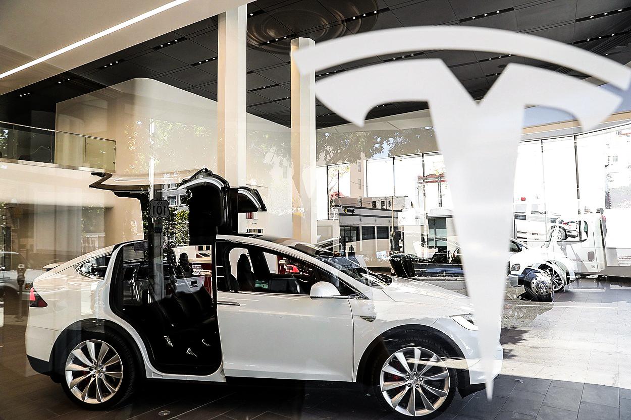 Amerika proti Evropě: Tesla vyrábí luxusní elektromobily, konkurence chystá protiúder