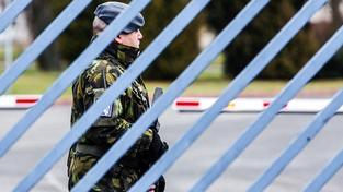 Voják v Kbelích přihlíží příletu unesených Čechů