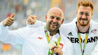 Malachowski (vlevo) společně s olympijským vítězem Christopherem Hartingem z Německa