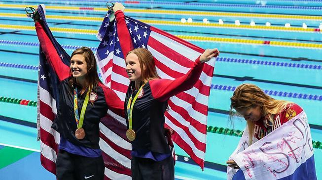 Největší projev rozpolcení: váda mezi plavkyněmi Lilly Kingovou (uprostřed) a Julií Jefimovovou (vpravo)