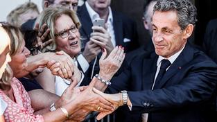 Nicolas Sarkozy zdraví své fanynky